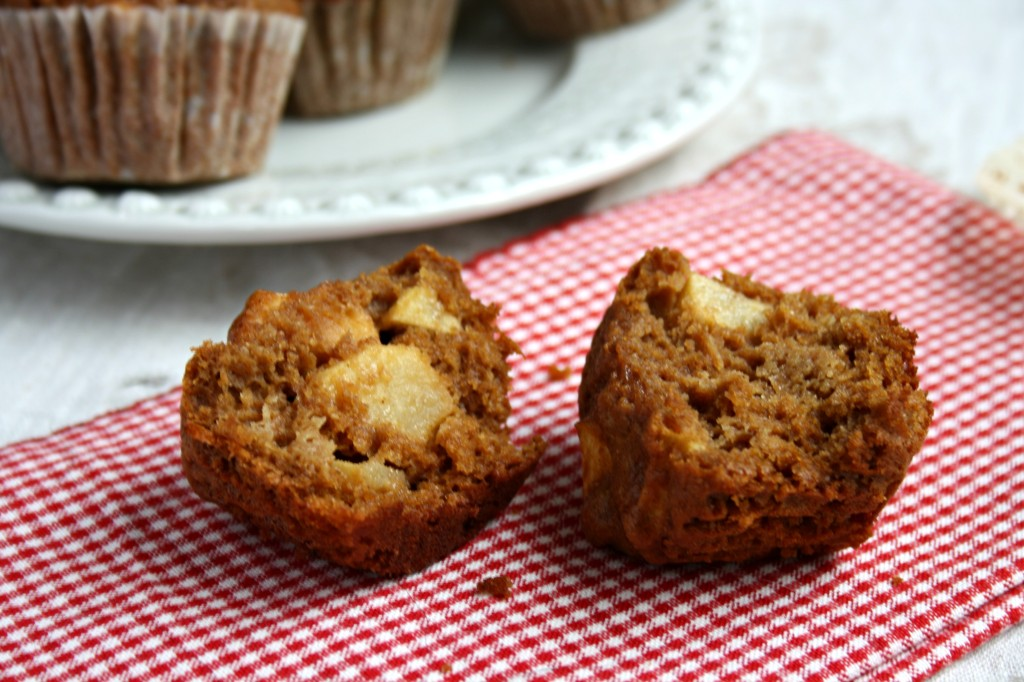 Apple cinnamon muffins with molasses
