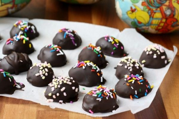 These easy peanut butter Easter eggs are a natural version of the popular Easter treat. Made with just four ingredients (natural peanut butter, molasses, coconut flour and good, dark chocolate).