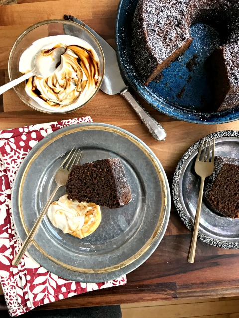 This fresh ginger cake recipe (a true gingerbread) is moist and beautifully spiced with fresh ginger, powdered ginger, cloves and a little pepper.